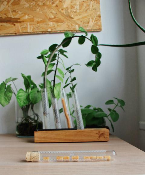 dřevěný stojan na přírodní karrtáčky a další produkty pro zdraví nebo květiny