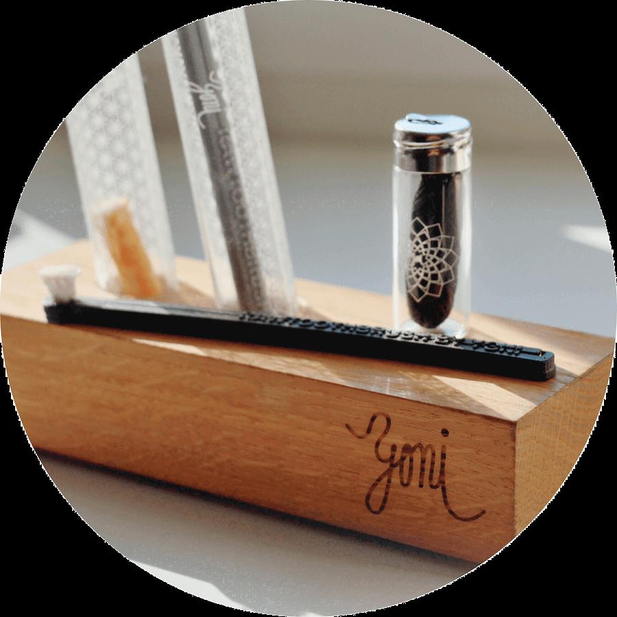 dřevěný stojan na přírodní kartáčky a rawtoothbrush a přírodní dentální nit