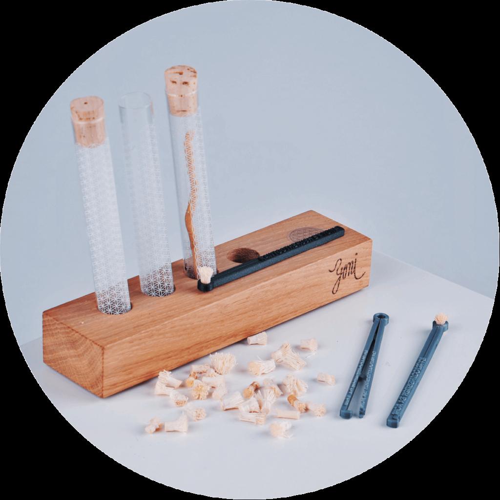 dřevěný stojan na rawtoothbrush a přírodní kartáček