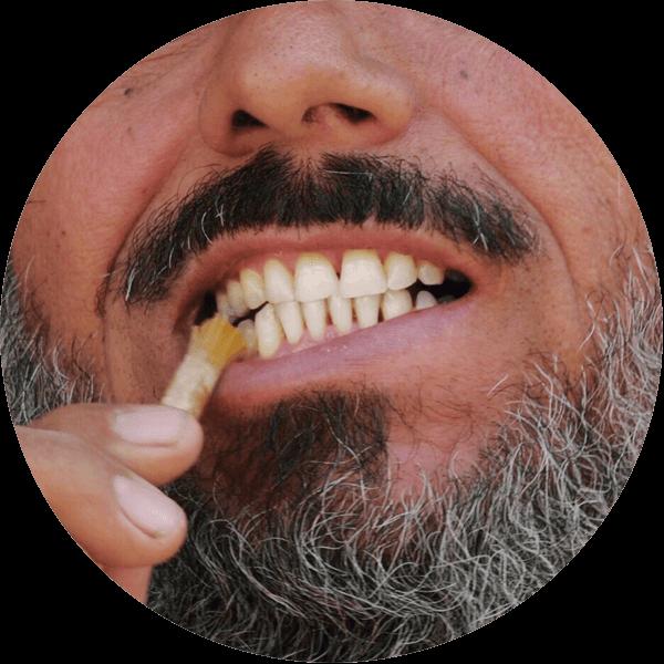 přírodní kartáček na zuby v akci u staršího muže
