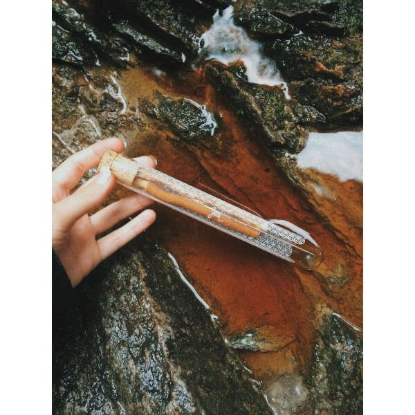 přírodní kartáček na zuby ze salvadory perské od yoni ve skleněném pouzdře