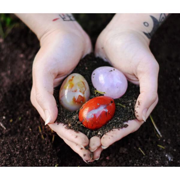 yoni vajíčko křišťál, růženín a jaspis v rukách jazine