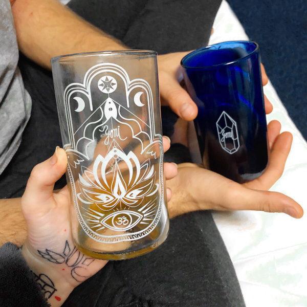 modrá a čirá sklenice z českého up-cyclovaného sklas designovým potiskem yoni